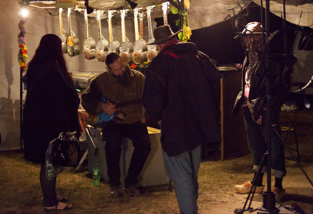 Trevor MacKenzie trying out a Rosbilt TinCan Banjo/Ukelele at Summerfolk39